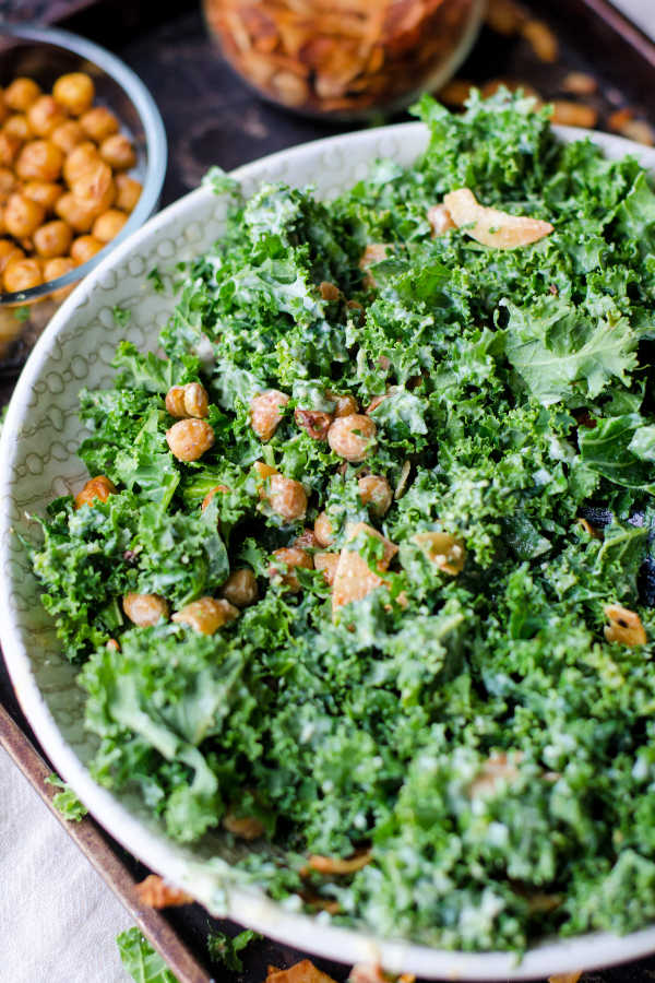 Healthy salad recipes for dinner like this kale salda with chickpeas