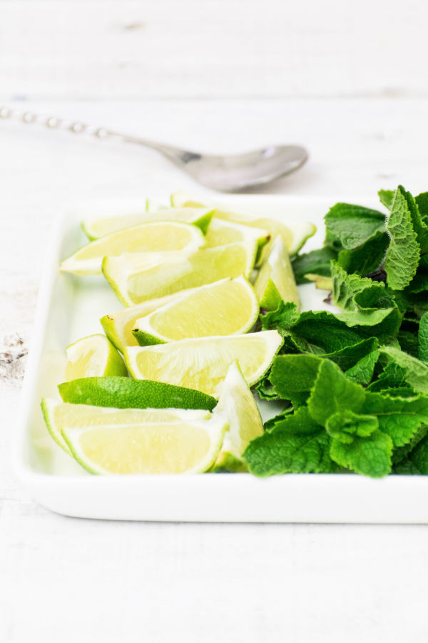 How to make lemonade with lemon or lime pieces and fresh mint leaves